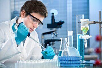анализ резин в лаборатории за работой